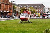 Emergency helicopter landed on the grass outside Bremen Hauptbahnhof. - Stock Image - E6RARK
