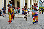 Street entertainers in Plaza Vieja, Havana, Cuba - Stock Image - DRMW5K