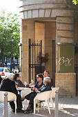 restaurant terrace people drinking wine civb le bar a vin allees tourny bordeaux france - Stock Image - C0TDYT