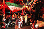 Tehran, Iran. 14th July, 2015. Tehran celebrates Vienna agreement - Residents of Tehran, dance and chant in Valiye Asr street on July 14th, 2015 after an agreement on the nuclear issue was signed in Vienna on the same day between the Iranian state and the USA, Russia, China, Germany, France and the UK. - Kares Le Roy/ © Haytham Pictures/Alamy Live News - Stock Image - EXKX8T