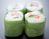 Salmon and avocado lettuce makis - Stock Image - C8ATEN