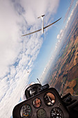 Veiw from the rear seat of a Schempp-Hirth Duo Discus glider, soaring with a Ventus 2CT - Stock Image - CWGNM9