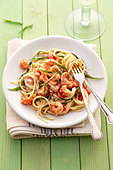 A portion of spaghetti with shrimps & ramsons (wild garlic) - Stock Image - BJK1E8