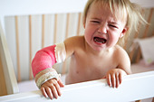 Crying Toddler With Arm In Cast - Stock Image - BB6CTC