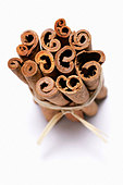 Cinnamon sticks, tied together - Stock Image - BD4R2G