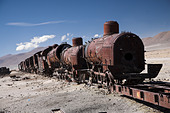 Train cemetery on the edge of Salar de Uyuni in Bolivia - Stock Image - B2NDF0