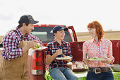Family enjoying lunch on farm - Stock Image - E89GWC