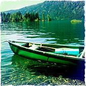 Canoe sitting in still lake, Cle Elum, Washington, United States - Stock Image - D6YN76