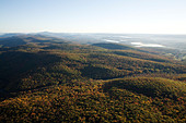 Berkshire mountains looking north to Vermont on an early morning autumn hot air balloon ride - Stock Image - B5H7D1