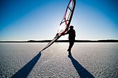 Long-distance skating with sail - Stock Image - BKW93W