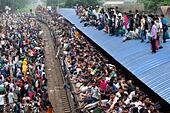 Dhaka, Bangladesh. 16th July, 2015. People are waiting to travel their village by train in Dhaka. Muslim Homebound people crowd on the roof also take a risk and wait for another train as an attempt to travel to their villages, ahead of the Eid ul-Fitr celebrations at the Airport Railway Station in Dhaka. Millions of Bangladeshis are expected to travel home, Journeys on overcrowded trains make the return dangerous. Muslims around the world prepare to celebrate one of the biggest Muslim religious festival of Eid ul-Fitr after the end of Ramadan. © ZUMA Press, Inc./Alamy Live News - Stock Image - EXTPPX