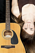 Colour Portrait of a young girl with a Fender Acoustic Guitar - Stock Image - C98HGB