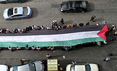 Ramallah, West Bank, Palestinian Territory. 28th Oct, 2014. People march as they hold a large Palestinian flag during an attempt to break the Guinness World Record for the ''largest Palestinian flag'', in the West Bank city of Ramallah October 28, 2014 © Shadi Hatem/APA Images/ZUMA Wire/Alamy Live News - Stock Image - E9HMKY