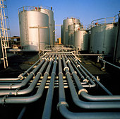 pipeworks linking vessels at refinery - Stock Image - AS1C38