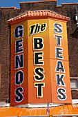 Urban Scene of Landmark Philadelphia Cheesesteak Vendor Genos - Stock Image - B4BFWJ