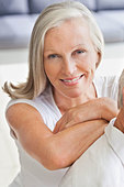 Close up portrait of smiling woman leaning on man's shoulder - Stock Image - CWJP5G