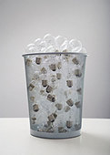 Wastebasket full of old-fashioned light bulbs - Stock Image - BAXWB0