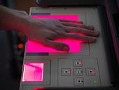Forensic student taking fingerprints - Stock Image - CXWR1J