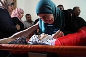 Beit Laqiya, West Bank, Palestinian Territory. 17th Oct, 2014. A relative of 13-year old Palestinian teenager Bahaa Samir Badir mourns over his body during his funeral procession in the West Bank village of Beit Laqiya on October 17, 2014. © ZUMA Press, Inc./Alamy Live News - Stock Image - E920BC