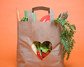 Vegetables in bag with heart symbol - Stock Image - BX776H