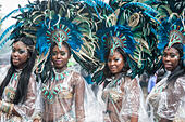 London, UK.  31 August 2015.  Dancers taking part in the rain on day two of Notting Hill Carnival in west London. © Stephen Chung / Alamy Live News - Stock Image - F1ABHE