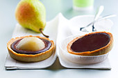 Chocolate and pear tartlet - Stock Image - C8A7EJ