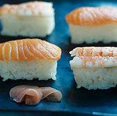 Four nigiri sushi with salmon and prawns - Stock Image - BJJTW1