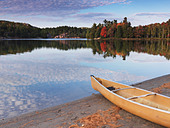 Canoe on a shore of George lake. Beautiful fall nature scenery. Killarney Provincial Park, Ontario, Canada. - Stock Image - C87G81