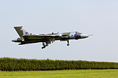 Avro Vulcan XH558 of the vulcantothesky.org landing at RAF Waddington 2013 - Stock Image - DAB6H6