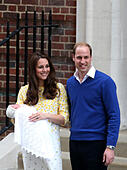 London, UK. 2nd May, 2015. The newborn baby girl makes her first appearance to the public with the Duke of Cambridge and the Duchess outside St. Mary's Hospital in London, on May 2, 2015. © Han Yan/Xinhua/Alamy Live News - Stock Image - ENCKJJ