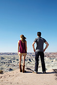 Young couple looking at rocky landscape, Arizona, USA - Stock Image - APNK4N