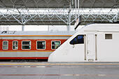 High speed train in station - Stock Image - D3Y31M