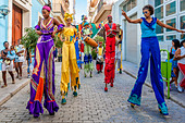 Street Entertainers Dancing On Stilts, Old Havana, Havana, Cuba - Stock Image - DN3Y6R