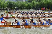 Shanghai, China. 19th June, 2015. Dragon Boat Festival.  People race dragon boats  in memory of Poet Quyuan who fell into the water and drowned.    © Marcio Machado/ZUMA Wire/Alamy Live News - Stock Image - EW782B