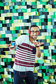 Man dancing to mp3 player - Stock Image - E59HK8