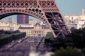 Crowds under Eiffel Tower, Champ de Mars, Paris, France - Stock Image - E7CW4N