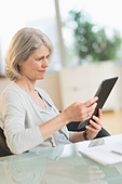 Senior woman using digital tablet - Stock Image - DA2974