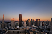 The downtown financial district at sunset from the Interncontinental Mark Hopkins Hotel, Nob Hill, San Francisco, California - Stock Image - B8RWPK