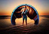 Young kitesurfer holding a kite. - Stock Image - D280JH