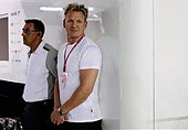 epa04409200 Celebrity chef Gordon Ramsey (R) is seen at the McLaren Formula One team garage qualifying ahead of the Singapore Formula One Grand Prix night race in Singapore, 20 September 2014. The 2014 Singapore Formula One Grand Prix will be held on 21 September.  EPA/TIM CHONG / POOL - Stock Image - E7RN4R