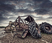 rusting tractors - Stock Image - D89DRX