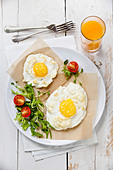 Breakfast baked egg with salad - Stock Image - DDD0C9