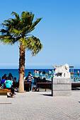 Statue and pier, Finikoudas, Larnaca, Cyprus - Stock Image - ECYKMF