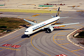 Singapore Airlines Boeing 777-312/ER at Barcelona, El Prat Airport, Spain - Stock Image - D5836K