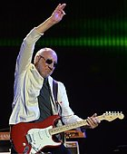 epa04823140 Pete Townshend of the British rock band 'The Who' performs on The Pyramid Stage on the fifth day of Glastonbury Festival of Contemporary Performing Arts 2015, held at Worthy Farm, near Pilton, Somerset, Britain, 28 June 2015. The outdoor festival runs from 24 to 29 June.  EPA/HANNAH MCKAY - Stock Image - EWWMTX