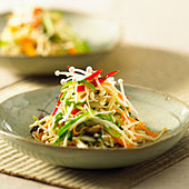 Vegetable stir-fry with enokitake mushrooms - Stock Image - BJM7P5
