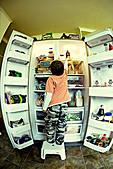 Raiding the fridge - Stock Image - AEG18R