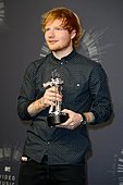 epa04367026 English singer Ed Sheeran poses with his award for best male video video for 'Sing' in the pressroom for the 31st MTV Video Music Awards at The Forum in Inglewood, California, USA, 24 August 2014.  EPA/MIKE NELSON - Stock Image - E6ND4K