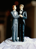 A gay bridal couple on a cake, Sweden. - Stock Image - BAAYMF