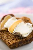 Sliced gingerbread with goat cheese and candied ginger - Stock Image - C6KG3Y